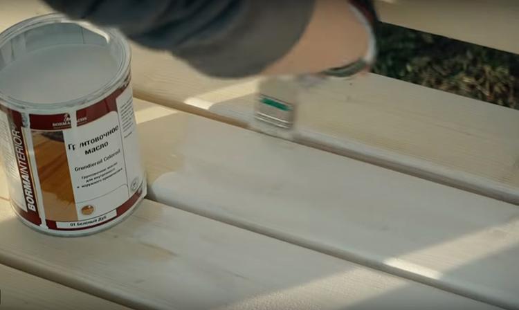 Готовую скамью я покрасила грунтовочным маслом. Оно даёт хорошую защиту древесине и приятный светлый оттенок