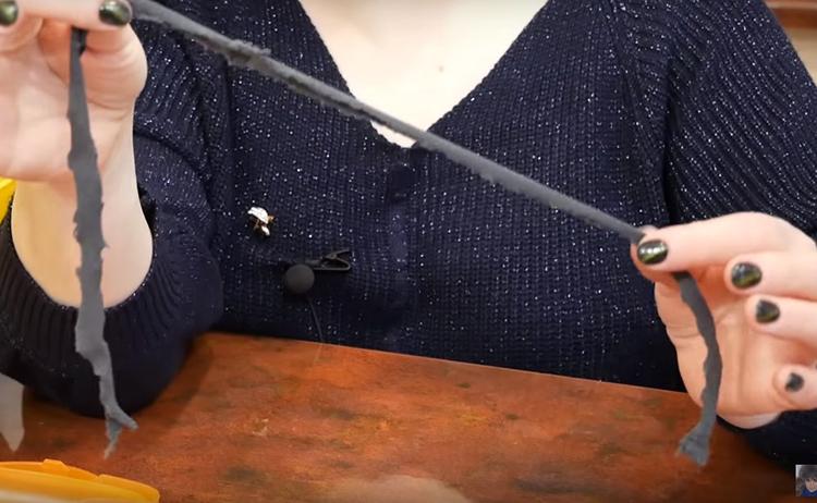Секрет работы системы в этом шнуре, вырезанном из обычного трикотажа. Вы можете использовать старые футболки или даже просто марлевый бинт или полоску от кухонного полотенца. Не важно, лишь бы ткань хорошо впитывала воду. Материалы с плотной структурой и водоотталкивающей пропиткой для этой цели не подходят