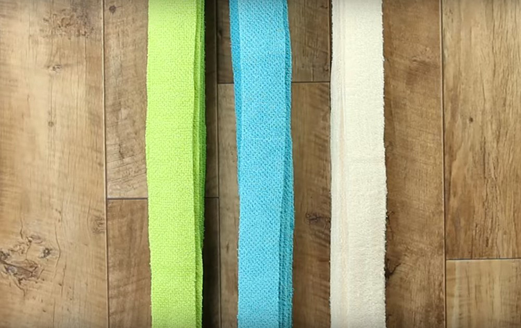 Важный момент – по общей длине полосы каждого цвета должны быть одинаковыми. То есть если вы нарезали синие на 6 м, то красных и зелёных тоже должно быть по 6.