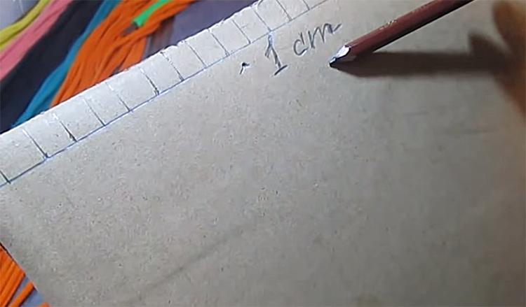 Кусок картона нужно разметить следующим образом: с двух противоположных краёв нужно расчертить квадратики размером 1×1 см²