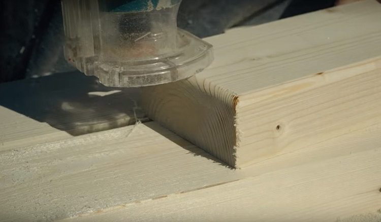 Ещё одно важное условие – грани всех деталей нужно закруглить и обработать. Для этой цели я использовала ручной фрезер