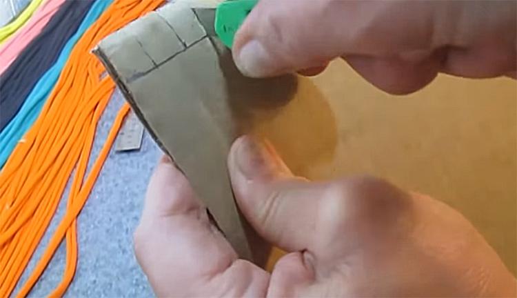 По этой разметке канцелярским ножом или лезвием необходимо сделать надрезы, стараясь не заминать край заготовки