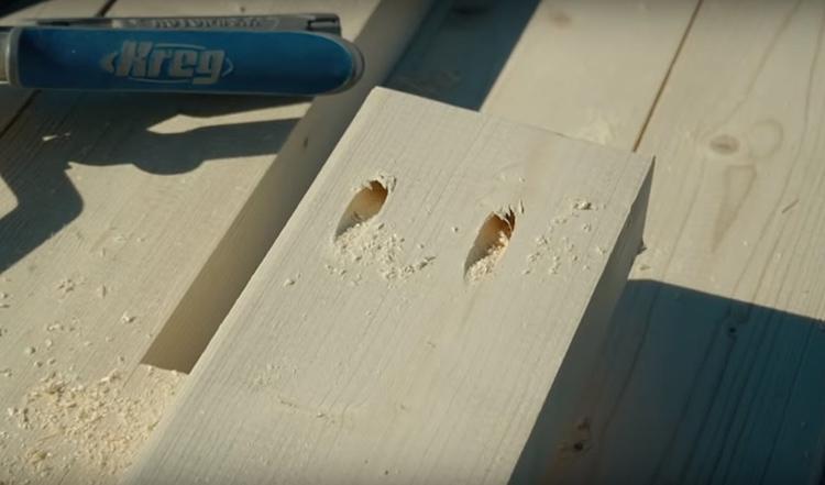 Среди такого оборудования – приспособление для косого пропила доски. Оно необходимо для сборки практически всех деревянных конструкций, так как даёт прочное и защищённое соединение