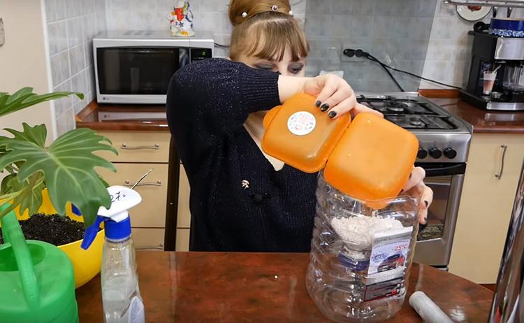 На дно верхней части бутылки нужно засыпать дренаж. В варианте Татьяны – это крошки пенопласта, но можно использовать мелкую гальку или керамзит, кусочки древесной коры или крупный песок