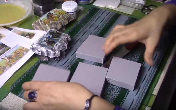 Нарежьте пеноплекс на небольшие прямоугольники. Он легко режется обычным кухонным ножом. Единственный минус процесса – специфический звук