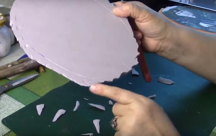 С помощью ножа сделайте край неровным, с продольными бороздами, как на коре дерева
