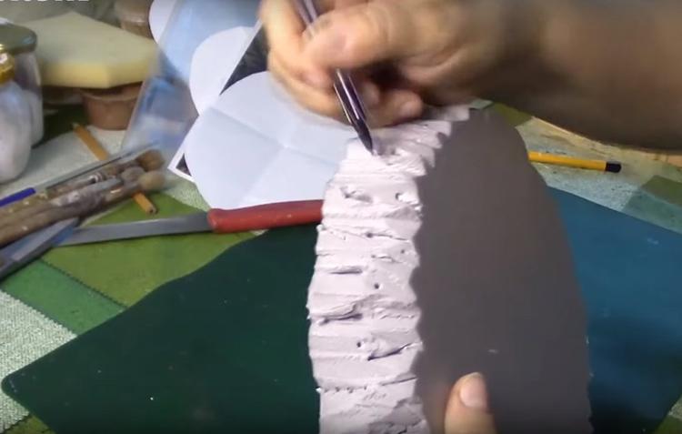 Чтобы сделать срез ещё более натуральным, используйте острую спицу или ручку. Продавите дополнительные борозды и сделайте небольшие дырочки, как будто это работа жука-короеда