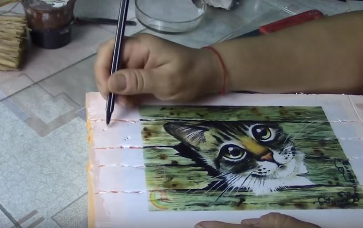 Наклейте картинку на заготовку и прямо по её поверхности продавите продольные полосы, словно это доски