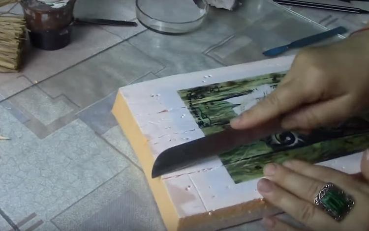 Сделайте края неровными с помощью ножа, острой спицей имитируйте следы короеда и прожилки древесины