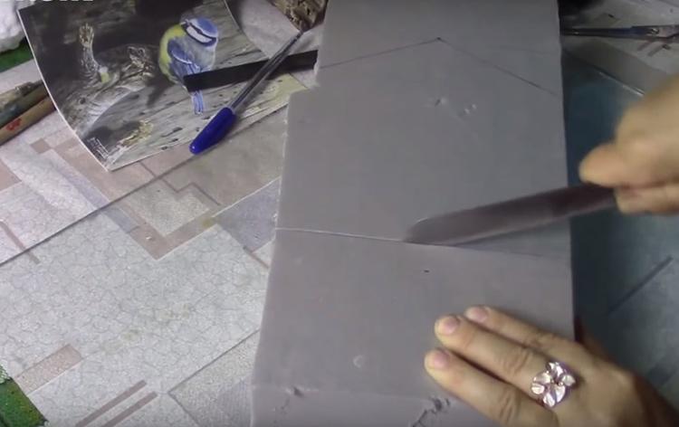 Для изготовления ключницы потребуется прямоугольный кусок пеноплекса. Начертите на нём контуры скворечника, и всё, что окажется вне его границ, выберите ножом примерно на половину толщины заготовки