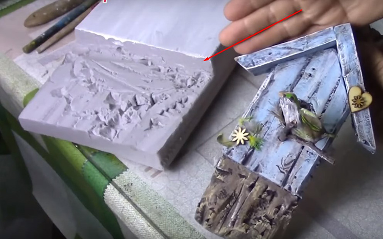 Эти выбранные края сделайте неровными по уже известной технике ножом и спицей, чтобы имитировать старое дерево