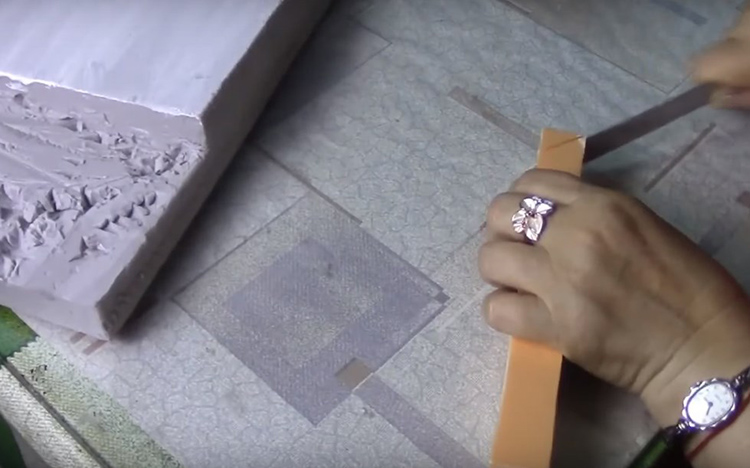 Крыша домика должна немного выступать за края заготовки, так что потребуется ещё пара полосок пеноплекса с ребром в два-три сантиметра