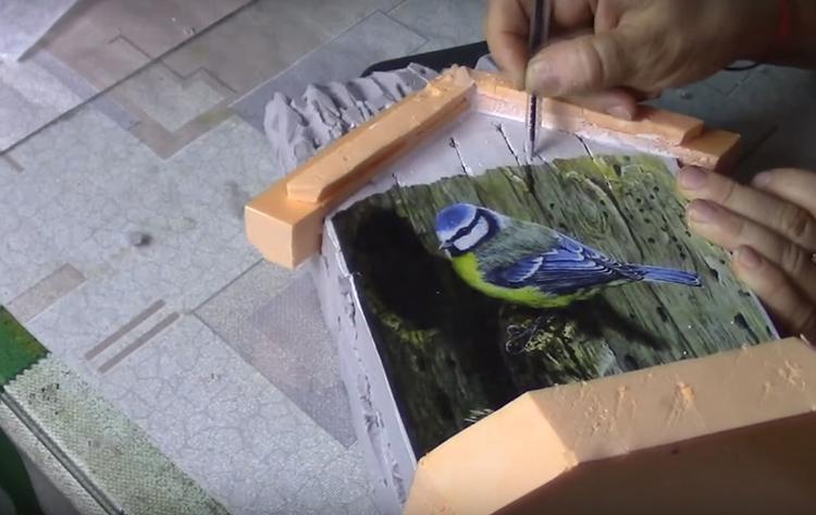 Продавите поверхность заготовки вместе с картинкой, чтобы имитировать дерево