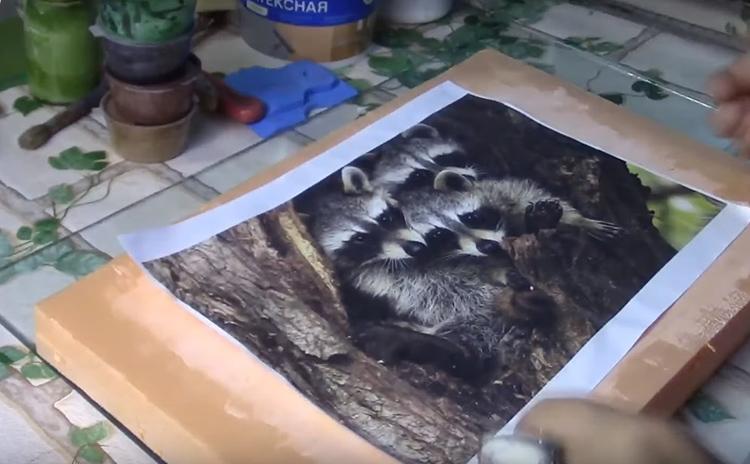 Подберите большой кусок пеноплекса и подходящую картинку. Это может быть изображение животных: белки, енота или лисы