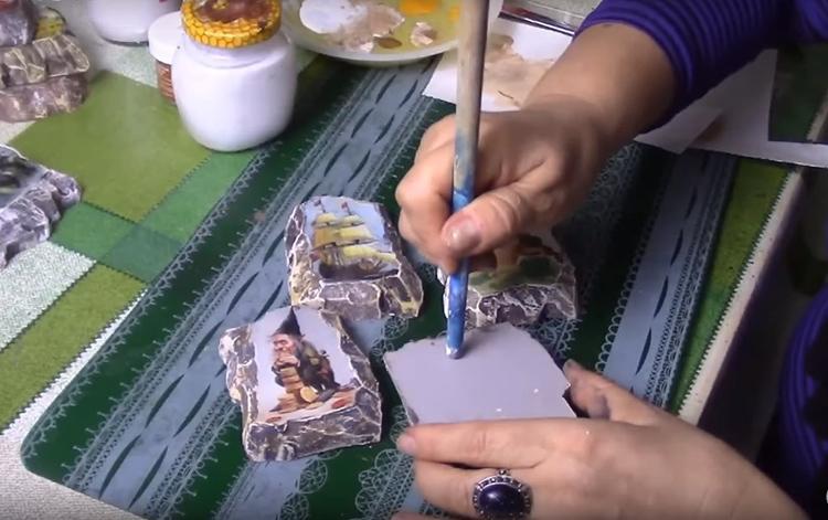 С обратной стороны заготовки кончиком карандаша выдавите небольшое углубление