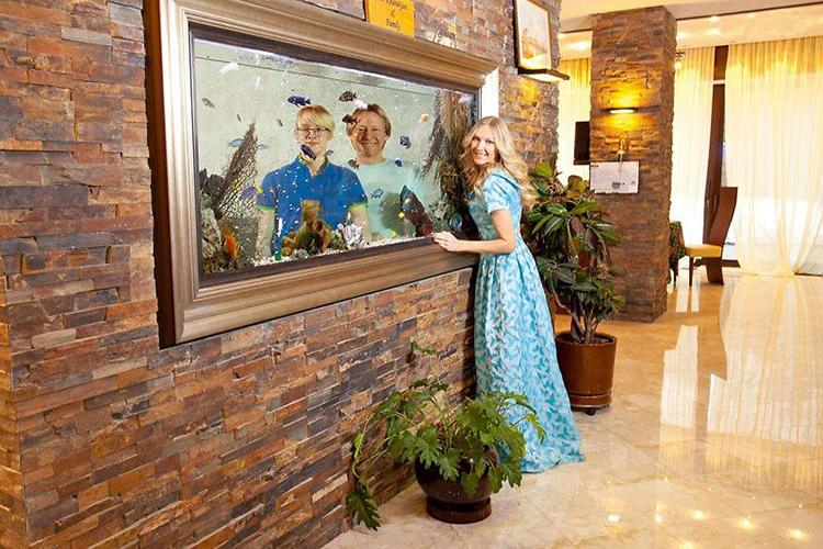 ФОТО: 1brus.ru В перегородке, обработанной декоративным камнем, установили большой аквариум в роскошной раме