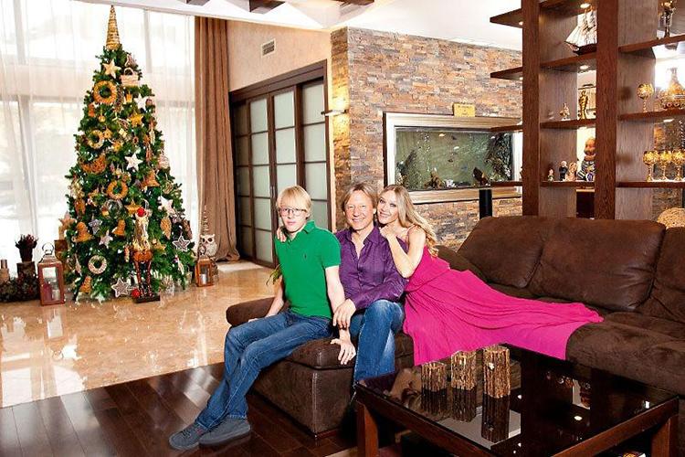 ФОТО: 1olestnice.ru В зоне отдыха установлен роскошный диван из натуральной кожи, который отлично дополнил отделку гостиной из кирпича и камня