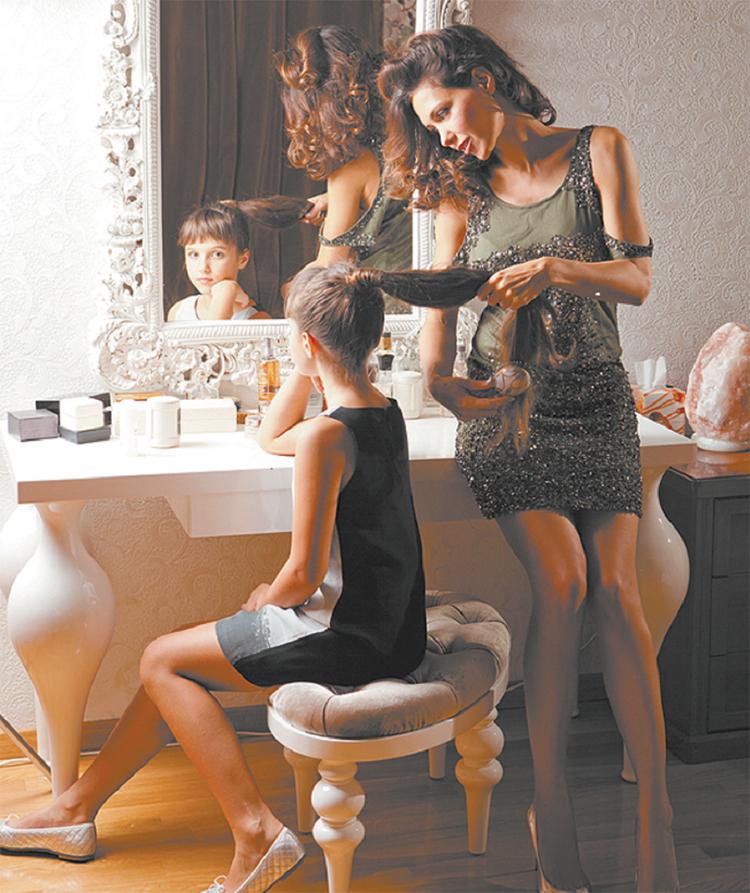 К туалетному столику приставлен изысканный пуфик на резных изогнутых ножках, словно трон принцессы из средневековьяФОТО: games-of-thrones.ru