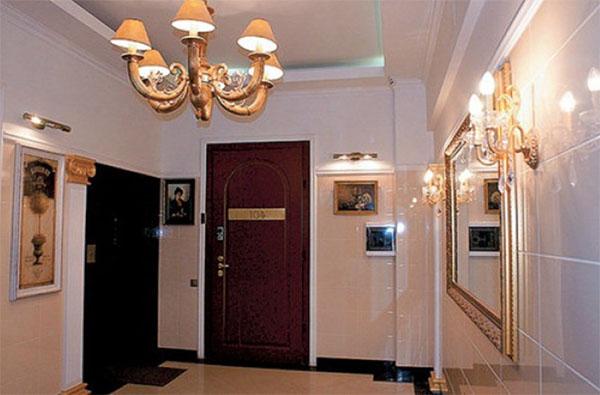 Ключевой акцент в холле – роскошное зеркало в багетной раме с позолотой