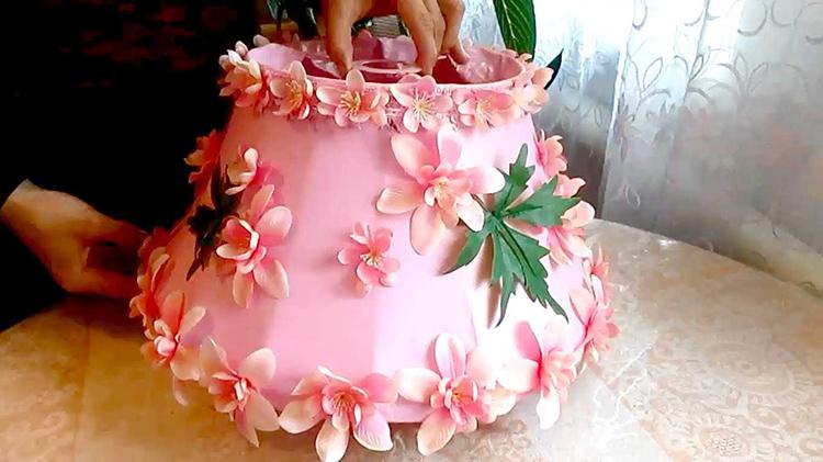 В комнату девочки подойдёт цветочный плафон для светильникаФОТО: dizainvfoto.ru