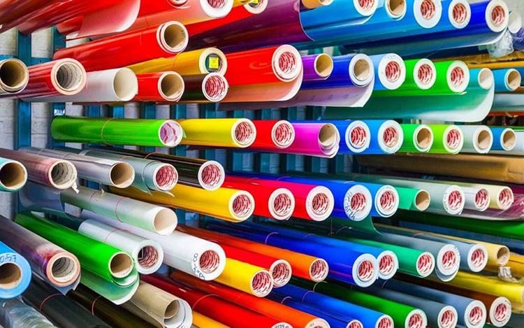Богатая палитра и широкий выбор расцветок – плёнка-самоклейка для мебели поможет полностью обновить интерьерФОТО: vseme.ru