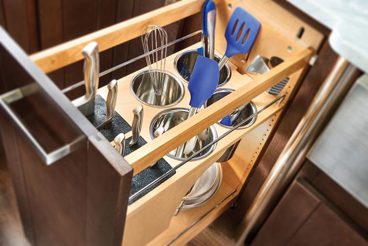 Правильное и удобное размещение кухонной утвари играет очень важную роль при приготовлении пищиФОТО: woodweb.com
