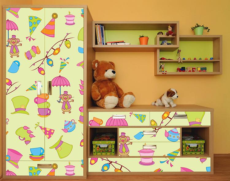 Яркие рисунки отлично подходят для детской комнаты. Ухаживать за такой мебелью очень просто, можно даже обрабатывать её дезинфицирующим растворомФОТО: remontidei.ru
