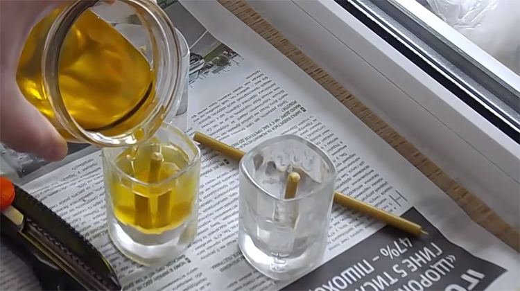 Масло должно доходить до края восковой обмазкиФОТО: youtube.com
