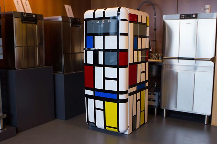 Самоклейка способна полностью преобразить бытовую технику, например, холодильникФОТО: remoskop.ru