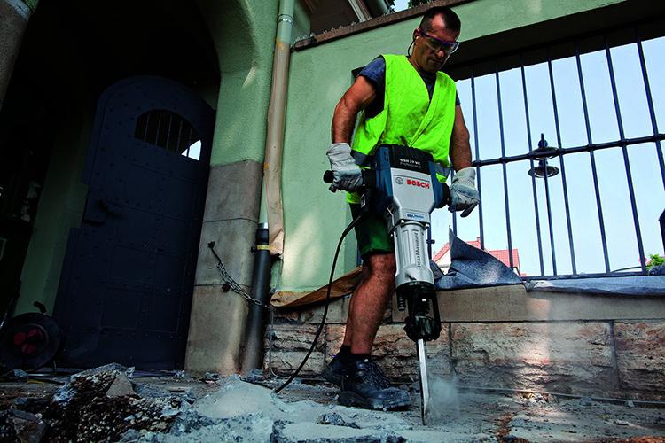 Электрический отбойный молоток способен разрушить разное основаниеФОТО: strument.com.ua