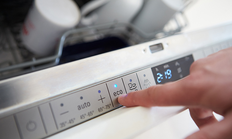 У современных посудомоечных машин электронное управлениеФОТО: dwkujuq9vpuly.cloudfront.net