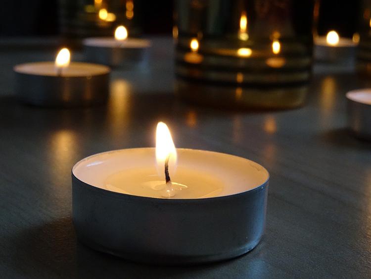 Такие свечи горят дольше, но переносить их с места на место очень неудобноФОТО: pixabay.com