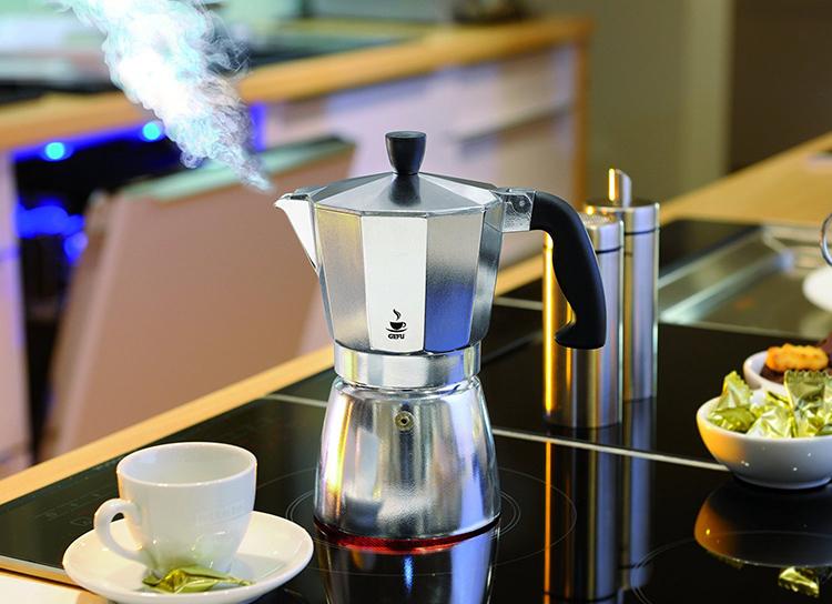 Кофеварка имеет более ограниченный функционалФОТО: posudaguide.ru