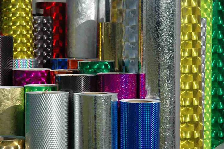 Самоклейку изготавливают из полимеров, обычной бумаги или металлизированной фольгиФОТО: yellowhome.ru