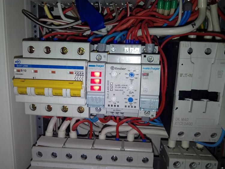 В щитке реле контроля фаз смотрится довольно аккуратноФОТО: stroimdom.com.ua