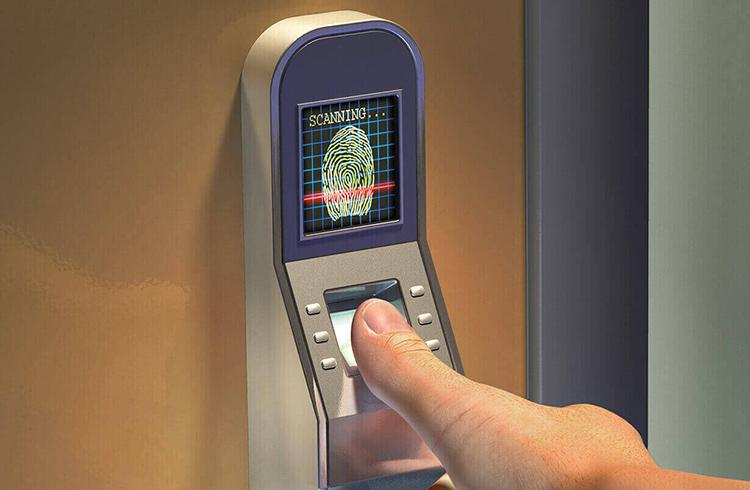 Замок со сканером отпечатка пальца – чужой точно не пройдётФОТО: ilens.dttheme.com