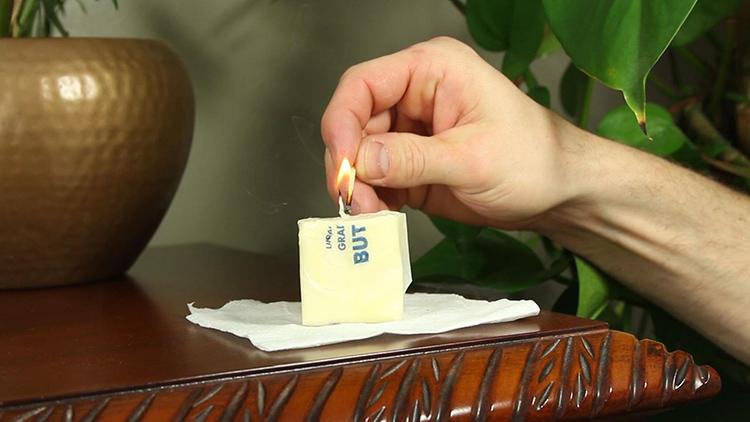 Свечку можно изготовить и из маргарина, но горение будет сопровождаться копотью и неприятным запахомФОТО: tintuc.vn