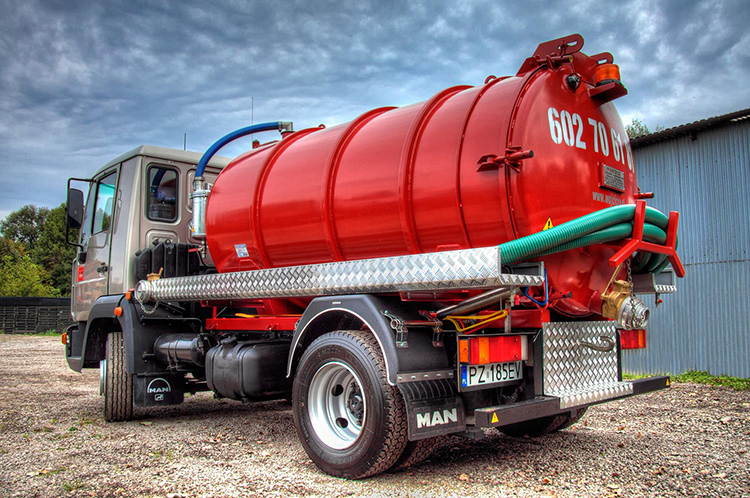 У профессионалов есть специальное оборудование, которое включает в себя мощные насосы и резервуар на колёсах объёмом 5-7 м³. Этого объёма вполне хватает на откачку ямы средних размеров за один приёмФОТО: specdispetcher.ru