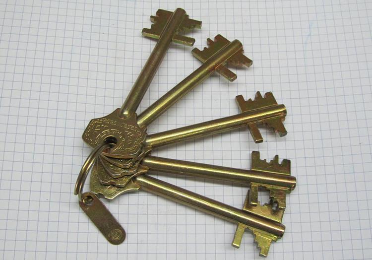 Ключ от сувальдного замка быстро порвёт подкладку карманаФОТО: masod.org