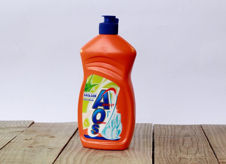 Кстати, хороший результат показывает обычное средство для мытья посуды с глицерином. Его можно наносить зубной щёткой, натирая ткань с лицевой и изнаночной стороныФОТО: gidpokraske.ru
