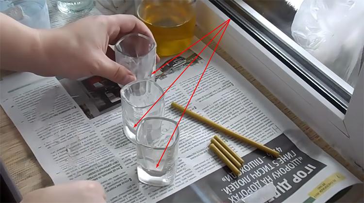 Гипс аккуратно раскладывается по рюмкам – на дне его практически не будет видноФОТО: youtube.com