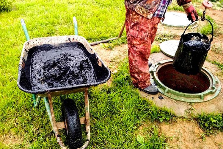 Для извлечения отходов используют ведро, закреплённое на длинной палкеФОТО: ivanovo.land