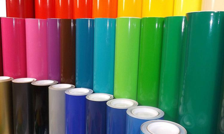 При выборе материала лучше отдать предпочтение ПВХ. В продаже можно встретить и плёнки с наружным слоем из полиэтилена, но они уступают по своим свойствам полимерному материалуФОТО: planetwrap.com.au