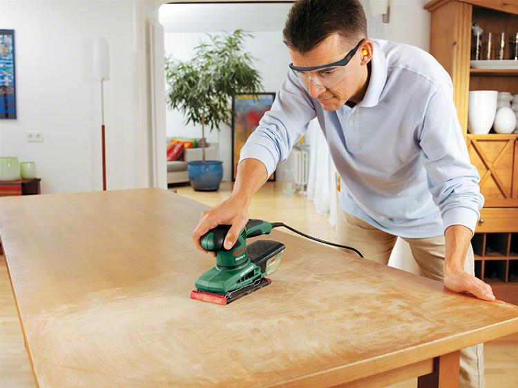 Если вы оклеиваете плёнкой мебель с внешними повреждениями, перед работой её нужно зашпаклевать и зашкурить, тщательно выравнивая все стороныФОТО: 2.allegroimg.com