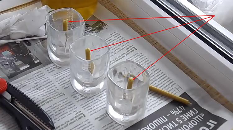 Свечки зафиксированы в рюмках, можно продолжить работуФОТО: youtube.com