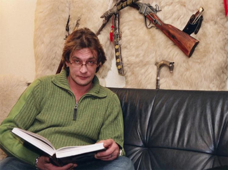 В рабочей студии одна стена украшена шкурами животных, на которых размещено коллекционное оружиеФОТО: persona.rin.ru