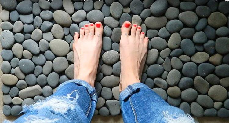Результат вам непременно понравится. Такой коврик можно постелить в прихожей и смело ставить на него сапоги после зимней или осенней прогулки. Он отлично приживётся и в ванной комнате, особенно, если у вас тёплые полы. На слегка подогретую гальку приятно становиться ногами. Вы почувствуете себя, словно на пляже