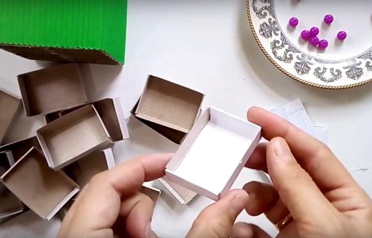Бумага проклеивается внутри выдвижной части и с заходом на бортики, чтобы в видимой части тоже было всё аккуратно