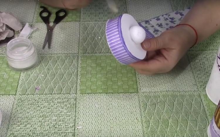 Для крышки подберите рисунок в тон. Хорошо, если это будет выраженная полоска или орнамент