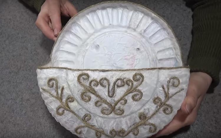 Основа для полочки готова. Кроме джута, используйте для декорирования и другие предметы: старые брошки или что-то подобное